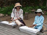 """Touristen beim """"Bügeln"""" im Folk-village Naganneupsong-ehemalige Festung, Provinz Jeollanam-do, Südkorea, Asien<br /> torist. ironing-  in Folk-village Naganneupsong- a former fortress, province Jeollanam-do, South Korea, Asia"""