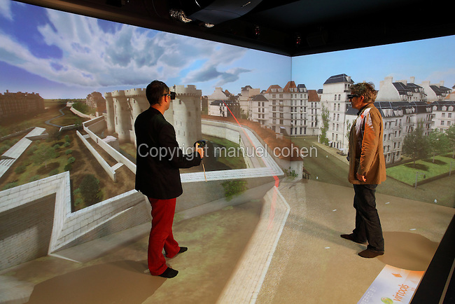 Personnages en situation dans un decor medieval, Salle de realite virtuelle avec tableau de bord informatique et trois puissants videoprojecteurs, 3DS, Dassault Systemes, Velizy Villacoublay, Yvelines, France. People interacting with the projection wall with a medieval design in the virtual reality room with computerised rear projection walls and 3 video projectors, 3DS, Dassault Systemes, Velizy Villacoublay, Yvelines, France. Picture by Manuel Cohen