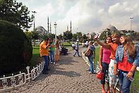 Türkei, Touristen vor Sultanahmet Moschee in Istanbul = Sultanahmet Camii = Blaue Moschee, erbaut 1609-1615 von Mehmet Aga, ein Schüler von Sinan , UNESCO-Weltkulturerbe