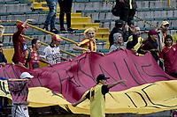 BOGOTÁ - COLOMBIA, 03-11-2018: Hinchas del Tolima animan a su equipo durante el encuentro entre Independiente Santa Fe y Deportes Tolima por la fecha 18 de la Liga Águila II 2018 jugado en el estadio Nemesio Camacho El Campin de la ciudad de Bogotá. / Fans of Tolima cheer for their team during match between Independiente Santa Fe and Deportes Tolima for the date 18 of the Aguila League II 2018 played at the Nemesio Camacho El Campin Stadium in Bogota city. Photo: VizzorImage / Gabriel Aponte / Staff