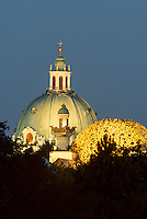 Kuppel der Karlskirche und des Secession Geb&auml;udes, Wien, &Ouml;sterreich, UNESCO-Weltkulturerbe<br /> Dome of  of Charles church and of Secession-building, Vienna, Austria, world heritage