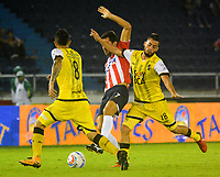 BARRANQUILLA - COLOMBIA, 29-04-2018: Sebastián Hernández (Cent.) jugador de Atlético Junior disputa el balón con Juan David Ríos (Cent.) y Freddy Flórez (Der.) jugadores de Alianza Petrolera, durante partido de la fecha 18 entre Atlético Junior y Alianza Petrolera, por la Liga Aguila I-2018, jugado en el estadio Metropolitano Roberto Melendez de la ciudad de Barranquilla. / Sebastian Hernandez (C) player of Atletico Junior vies for the ball with Juan David Rios (L) and Freddy Florez (R) players of Alianza Petrolera, during a match of the 18th date between Atletico Junior and Alianza Petrolera, for the Liga Aguila I - 2018 at the Metropolitano Roberto Melendez Stadium in Barranquilla city, Photo: VizzorImage  / Alfonso Cervantes / Cont.