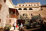 Monastère de Sainte Catherine, accroché au pied du Mont Moïse. Enserré dans une muraille élevée par l'empereur Justinien en 527, il se compose d'un enchevètrement de constuctions de différentes époques reliées par un dédale de couloirs et de jardins.  Le couvent est occupé par une dizaine de moines grecs othodoxes.