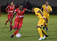 TUNJA -COLOMBIA, 16-08-2017: Cesar Valoyes (Izq) jugador de Patriotas FC disputa el balón con William Tesillo (Der) jugador de Independiente Santa Fe  durante partido por la fecha 8 de la Liga Águila II 2017 realizado en el estadio La Independencia en Tunja. / Cesar Valoyes (L) player of Patriotas FC fights for the ball with William Tesillo (R) player of Independiente Santa Fe  during match for the date 8 of Aguila League II 2017 at La Independencia stadium in Tunja. Photo: VizzorImage/ Jose Palencia / Cont