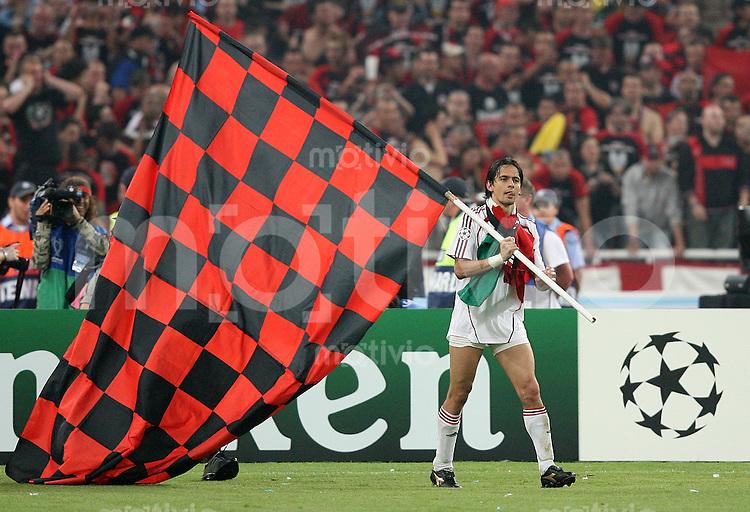 Fussball CHL Finale AC Mailand 2-1 FC Liverpool JUBEL AC; Zweifacher Torschuetzen Filippo Inzaghi mit Milanfahne