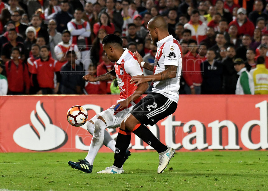 BOGOTÁ - COLOMBIA, 03-05-2018: Wilson Morelo (Izq.) jugador de Independiente Santa Fe disputa el balón con Jonatan Maidana (Der.) jugador de River Plate, durante partido entre Independiente Santa Fe (COL) y River Plate (ARG), de la fase de grupos, grupo D, fecha 5 de la Copa Conmebol Libertadores 2018, jugado en el estadio Nemesio Camacho El Campin de la ciudad de Bogota. / Wilson Morelo (L) player of Independiente Santa Fe vies for the ball with Jonatan Maidana (R) player of River Plate, during a match between Independiente Santa Fe (COL) and River Plate (ARG), of the group stage, group D, 5th date for the Conmebol Copa Libertadores 2018 at the Nemesio Camacho El Campin Stadium in Bogota city. Photo: VizzorImage  / Luis Ramírez / Staff.