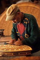 Afrique/Maghreb/Maroc/Essaouira : Chez M. Essakhi, travail du Thuya, marqueterie