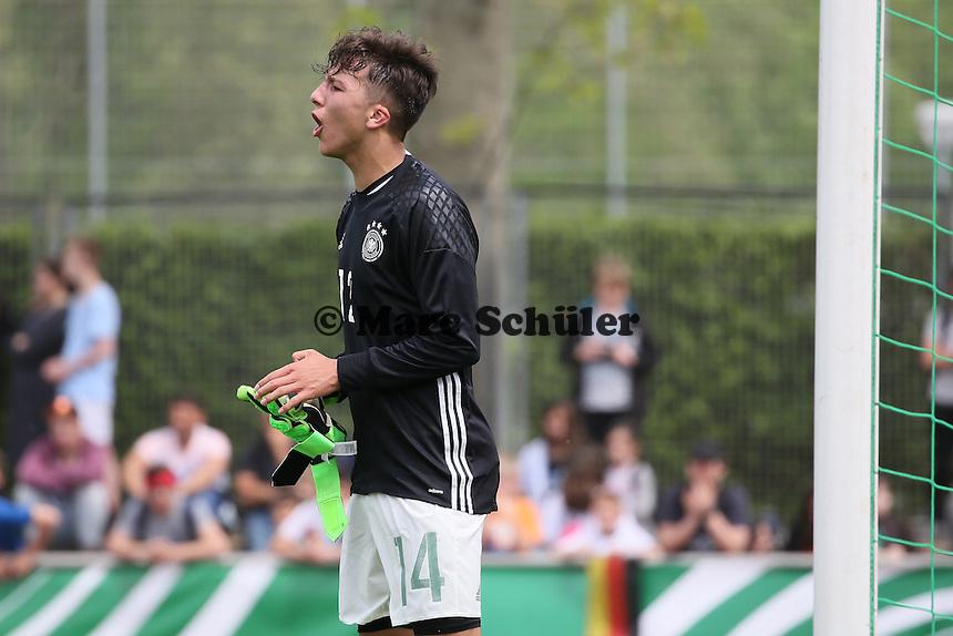Nino Miotke (D) muss nach der roten Karte für Ersartorwart Phillip Menzel ins Tor - Deutschland vs. Irland, U18-Freundschaftsspiel, Stadion am Sommerdamm, Rüsselsheim