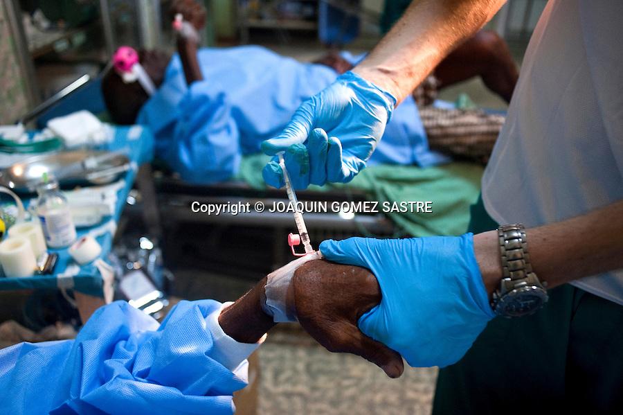 Componentes de la ong ACCI  pasan consulta de oftalmologia y operan cataratas en el hospital San Juan de Dios en Afagnan (TOGO) .foto © JOAQUIN GOMEZ SASTRE