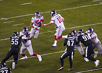 quarterback Eli Manning (10) of the New York Giants gibt de Ball an running back Saquon Barkley (26) of the New York Giants - 09.12.2019: Philadelphia Eagles vs. New York Giants, Monday Night Football, Lincoln Financial Field