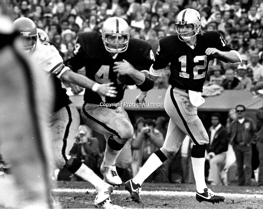 Oakland Raiders Marv Hubbaard takes a handoff from quarterback Ken Stabler..(1975 photo/Ron Riesterer)