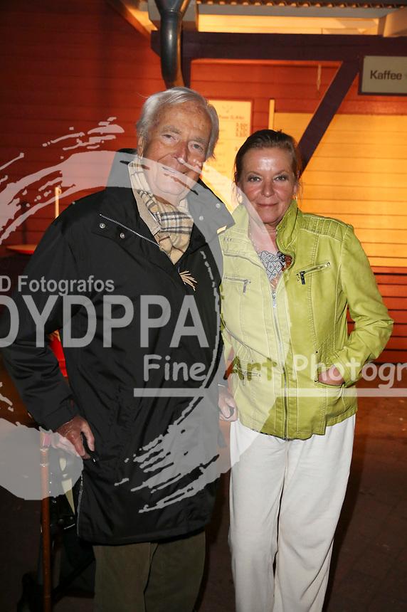 Martin Böttcher mit Tochter Betsy bei der Premiere von 'Im Tal des Todes' der Karl-May-Spiele 2015 im Freilichttheater am Kalkberg. Bad Segeberg, 27.06.2015