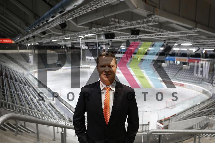 Mike Stewart (Trainer Augsburger Panther), im Curt-Frenzel-Stadion Augsburg, <br /> <br /> Augsburger Panther stellen Mike Stewart als neuen Cheftrainer vor, Saison 2015/16, Augsburg, 06.05.2015,<br /> <br /> Foto &copy; P-I-X.org *** Foto ist honorarpflichtig! *** Auf Anfrage in hoeherer Qualitaet/Aufloesung. Belegexemplar erbeten. Veroeffentlichung ausschliesslich fuer journalistisch-publizistische Zwecke. For editorial use only.