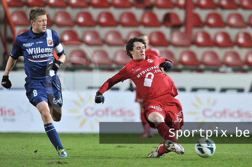 KV Kortrijk - RAEC Mons Bergen : Gertjan De Mets aan de bal voor Tom Van Imschoot.foto VDB / BART VANDENBROUCKE