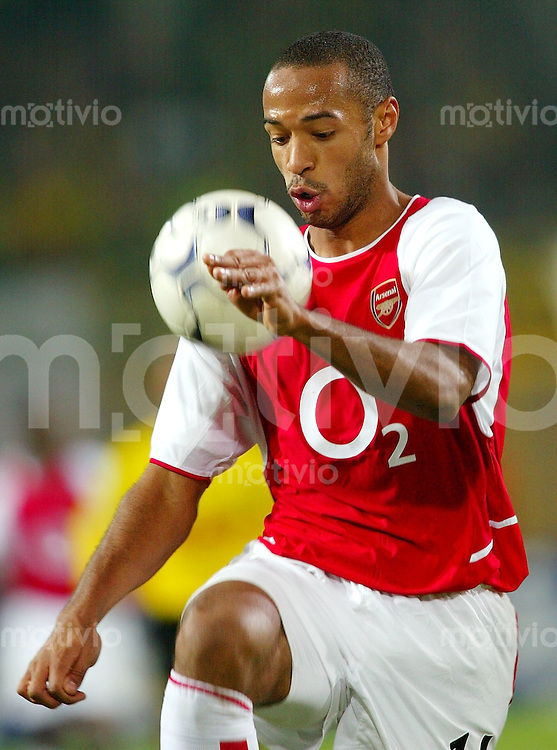 Fussball / International - Champions League Saison 2002/2003 Thierry HENRY, Einzelaktion am Ball Arsenal London