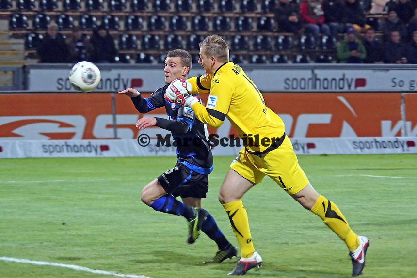 Torwart Patrick Platins (Bielefeld) hat sich verschätzt und klärt knapp gegen Denis Epstein (FSV) - FSV Frankfurt vs. Arminia Bielefeld, Frankfurter Volksbank Stadion