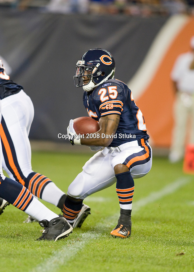 CHICAGO - AUGUST 7: Running back Garrett Wolfe #25 of the Chicago Bears carries the ball against the Kansas City Chiefs at Soldier Field on August 7, 2008 in Chicago, Illinois. The Chiefs defeated the Bears 24-20. (AP Photo/David Stluka)
