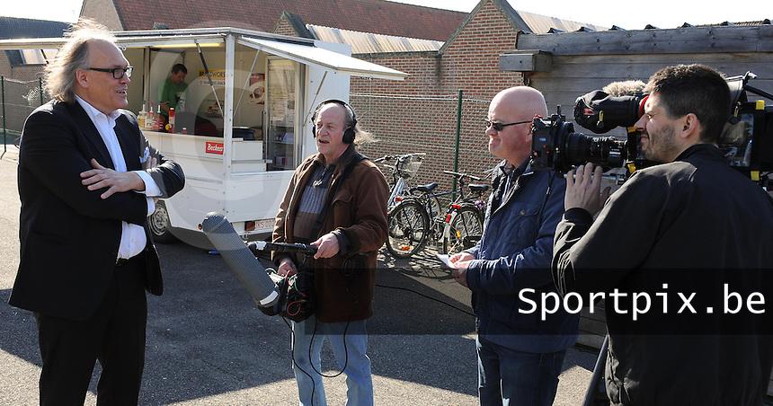 WS Lauwe - RC Lauwe :<br /> <br /> Joseph Allijns voor de camera's van &quot;Stadion&quot;<br /> <br /> foto VDB / BART VANDENBROUCKE