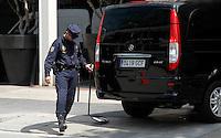 BARCELONA, ESPANHA, 04 MAIO 2012 - REFORCO SEGURANCA BARCELO ENCONTRO BANCO CENTRAL EUROPEU - Policiais realizam vistoria em carros ao redor do hotel Arts, onde membros do Banco Central Europeu (BCE) estão hospedados para encontro na cidade de Barcelona, Espanha, hoje (4). Algumas zonas da cidade estão vedadas e a fronteira com a França está controlada para evitar a entrada de manifestantes violentos. FOTO: VANESSA CARVALHO / BRAZIL PHOTO PRESS.