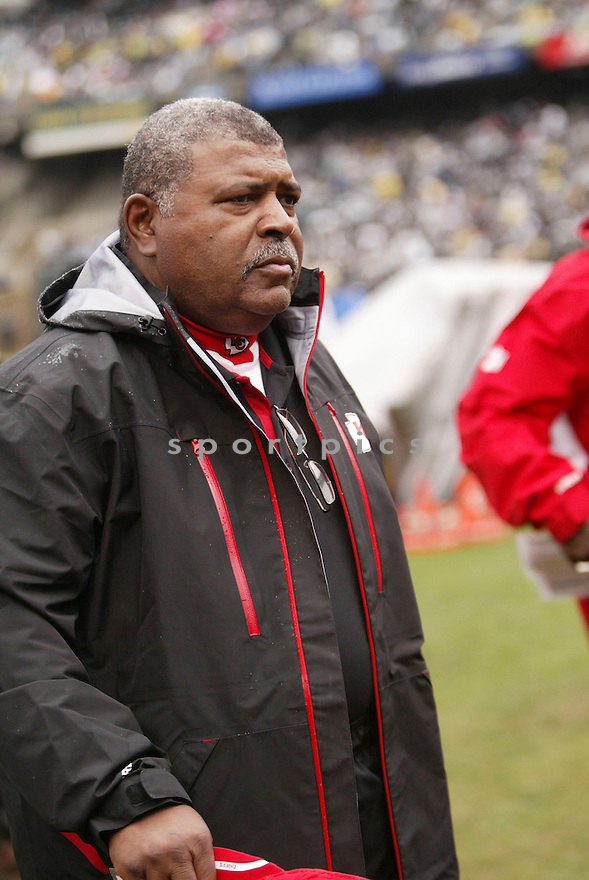 ROMEO CRENNEL, of the Kansas City Chiefs, in action during the Chiefs game against the Oakland Raiders on November 7, 2010 at Oakland-Alameda County Coliseum in Oakland, California. .Raiders beat the Chiefs 23-20 in overtime....SportPics