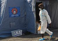 320 immigrati sono sbarcati nel porto di nave dalla nave Scirocco <br /> nella foto alcuni migranti in tuta bianca perche affetti da scabia
