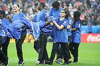 Durchnässte Fahnenkinder und Fahnen im Stade de France - UEFA EURO 2016: Frankreich vs. Island, Stade de France, Viertelfinale