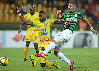 MEDELLIN -COLOMBIA-12-OCTUBRE-2014. Luis Paez del Atletico Nacional  disputa el balon  contra el  Atletico Huila  durante partido de la 14 fecha de La Liga Postobon jugado en el estadio Atanasio Girardot. / Luis Paez of Atletico Nacional  fights for the ball against Atletico Huila  during the 14th date round match of La Liga Postobon played at the Polideportivo Sur  Stadium .  Photo: VizzorImage / Luis Rios / Stringer