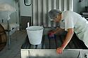 08/06/06 - VALLEE DE LA JORDANNE - CANTAL - FRANCE - Fabrication de fromages SALERS chez Gilles MANHES. Nettoyage de la fromagerie - Photo Jerome CHABANNE