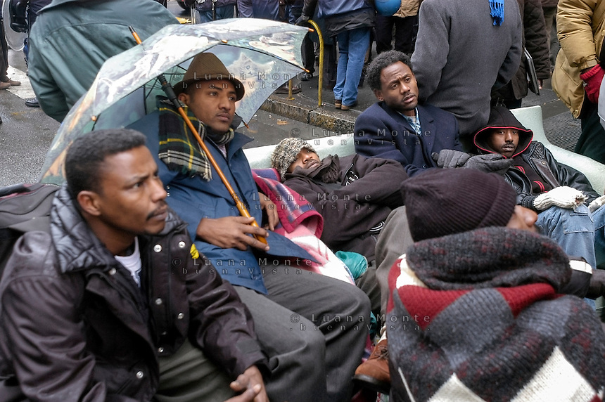 Profughi di guerra e richiedenti asilo politico sudanesi, eritrei e somali, dopo lo sgombero dello stabile occupato in via Lecco. Milano, 27 dicembre, 2005<br />