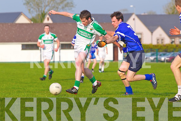 Paul Kennelly of Ballydonoghue contests with Renard's John Warton last Saturday night in Ballydonoghue.