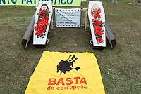 BRASILIA, DF, 15.11.2015 - PROTESTO-DF - Manifestação de grupos favoráveis ao impeachment da presidente Dilma Rousseff, durante ato em frente ao Congresso Nacional, neste domingo, 15.(Foto:Ed Ferreira / Brazil Photo Press)