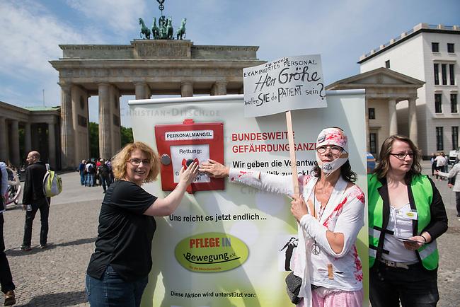 Pflege in Bewegung - Bundesweite Gefaehrdungsanzeige.<br /> Am Freitag den 12. Mai fand in Berlin zum &quot;Internationaler Tag der Pflege&quot; die Abschlussveranstaltung der Aktionskampagne &quot;bundesweite Gefaehrdungsanzeige&quot; am Brandenburger Tor statt.<br /> Neben Redebeitraegen von Politik gab es es Statements von Initiatoren der Kampagne und Aktivisten der Pflegeszene, sowie Politiker der Linkspartei, der SPD und der Gruenen. Erstmals wurde das Strategiepapier &quot;Zukunft(s)Pflege&quot; oeffentlich vorgestellt.<br /> Im Anschlus wurden ueber 8.500 Unterschriften im Bundesgesundheitsministerium uebergeben.<br /> Im Bild: Kundgebungsteilnehmer dreucken den Pflegenotstand-Notrufknopf.<br /> 12.5.2017, Berlin<br /> Copyright: Christian-Ditsch.de<br /> [Inhaltsveraendernde Manipulation des Fotos nur nach ausdruecklicher Genehmigung des Fotografen. Vereinbarungen ueber Abtretung von Persoenlichkeitsrechten/Model Release der abgebildeten Person/Personen liegen nicht vor. NO MODEL RELEASE! Nur fuer Redaktionelle Zwecke. Don't publish without copyright Christian-Ditsch.de, Veroeffentlichung nur mit Fotografennennung, sowie gegen Honorar, MwSt. und Beleg. Konto: I N G - D i B a, IBAN DE58500105175400192269, BIC INGDDEFFXXX, Kontakt: post@christian-ditsch.de<br /> Bei der Bearbeitung der Dateiinformationen darf die Urheberkennzeichnung in den EXIF- und  IPTC-Daten nicht entfernt werden, diese sind in digitalen Medien nach &sect;95c UrhG rechtlich geschuetzt. Der Urhebervermerk wird gemaess &sect;13 UrhG verlangt.]