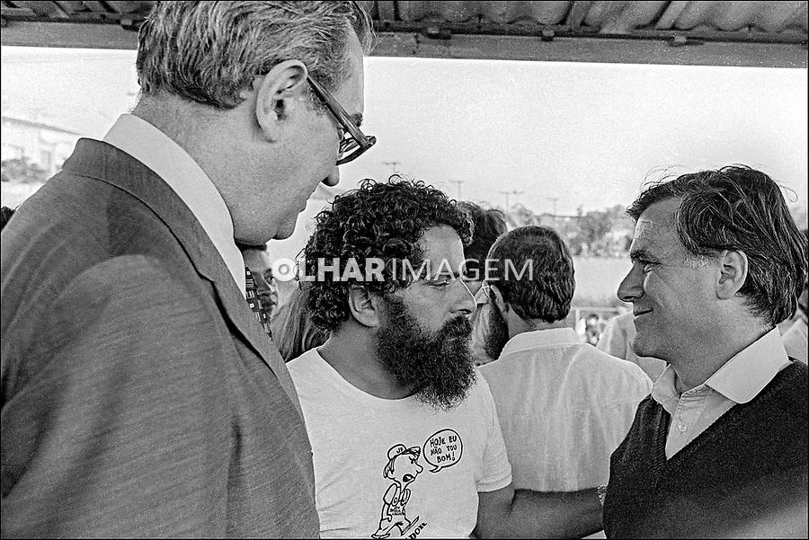 Lula, Mino Carta e Raimundo Faoro. Assembleia da Greve de Metalurgicos do ABC, Vila Euclides. SBC. Sao Paulo. 30.03.1980. Foto de Juca Martins.