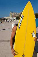 Europe/France/Aquitaine/64/Pyrénées-Atlantiques/Biarritz: Surfer à la grande plage  et Hotel Le Palais