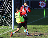 Aymen Barkok (Eintracht Frankfurt) setzt sich durch und stochert den Ball gegen Simon Falette (Eintracht Frankfurt) ins Tor - 30.01.2018: Eintracht Frankfurt Training, Commerzbank Arena