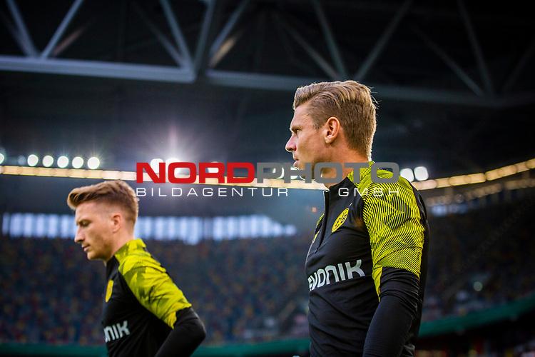 09.08.2019, Merkur Spiel-Arena, Düsseldorf, GER, DFB Pokal, 1. Hauptrunde, KFC Uerdingen vs Borussia Dortmund , DFB REGULATIONS PROHIBIT ANY USE OF PHOTOGRAPHS AS IMAGE SEQUENCES AND/OR QUASI-VIDEO<br /> <br /> im Bild | picture shows:<br /> Marco Reus (Borussia Dortmund #11) und Lukasz Piszczek (Borussia Dortmund #26) auf dem Weg zum warmmachen, <br /> <br /> Foto © nordphoto / Rauch