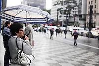 SAO PAULO, SP, 03 de junho 2013- Frio e guaroa na parte da tarde na Av Paulista - FOTO:ADRIANO LIMA / BRAZIL PHOTO PRESS).