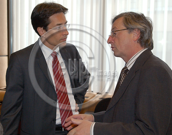 Brussels-Belgium - July 05, 2004---Meeting of the 'EUROGROUP'  at the 'Justus Lipsius', seat of the Council of the European Union in Brussels; here, Karl-Heinz GRASSER (le), Austrian Federal Minister for Finance, with Jean-Claude JUNCKER (ri), Prime Minister and Minister of Finance of Luxemburg ---Photo: Horst Wagner/eup-images