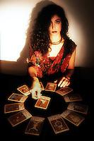 Cartomante mentre legge i tarocchi. Cartomante reading the tarot....