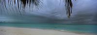 Iles Bahamas /Ile de Long Island: la plage de l'Hotel Cape Santa Maria et l'océan Atlantique sous ciel orageux