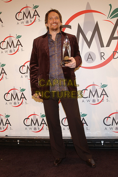 JERRY DOUGLAS.39th Annual CMA Awards held at Madison Square Garden. New York..USA, United States..15th November 2005.Ref: George Shepherd.full length holding award goatee beard facial hair.www.capitalpictures.com.sales@capitalpictures.com.© Capital Pictures.