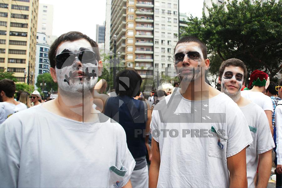 ATENÇÃO EDITOR: FOTO EMBARGADA PARA VEÍCULOS INTERNACIONAIS. - SAO PAULO, SP, 19 DE OUTUBRO 2012 - Participantes da Peruada, organizada por alunos da Faculdade de Direito do Largo São Francisco no centro de São Paulo (SP), na tarde desta sexta-feira (19). O grupo fantasiado se diverte acompanhando um trio elétrico. (FOTO: PADUARDO / BRAZIL PHOTO PRESS).