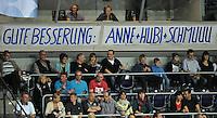 """Handballl Champions League Frauen - HC Leipzig (HCL) gegen IK Sävehof/ Saevehof am 19.10.2013 in Leipzig (Sachsen). <br /> IM BILD: In der Halle ist ein Plakat aufgehängt mit der Aufschrift: """"Gute Besserung: Anne+Hubi+Schmuu"""" Damit sind die Spielerinnen Anne Müller / Mueller (HCL), Anne Hubinger (HCL) und Luisa Schulze (HCL) gemeint. <br /> Foto: Christian Nitsche / aif"""