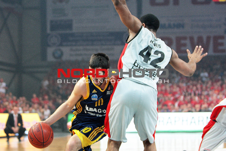 11.06.2011, Stechert Arena, Bamberg, GER, BBL, 3. Playoff Finale Brose Baskets Bamberg vs Alba Berlin, im Bild:<br /> Taylor Rochestie (Berlin #10) gg Kyle Hines (Bamberg #42)<br /> Foto &copy; nph / Will *** Local Caption ***