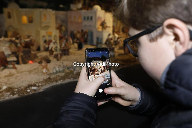 Foto: VidiPhoto<br /> <br /> HEILIG LANDSTICHTING &ndash; Terwijl in een tent op Museumpark Orientalis (het voormalige Bijbels Openluchtmuseum) in Heilig Landstichting, twee zandkunstenaars woensdag de laatste hand leggen aan de grootste zandsculptuurkerststal van Nederland, loopt het binnen storm bij de grootste kerstgroep ter wereld. De 100 vierkante meter grote expositie (1800 mens- en dierfiguren) blijkt een enorm succes. Al voor de offici&euml;le opening vrijdag hebben duizenden schoolkinderen de kerstgroep al bezocht. Scholen grijpen deze gelegenheid om hun leerlingen iets te vertellen over het christelijk geloof. De immense kerststal van de Friese vrienden Roel den Dulk en Fred van der Zwet staat te koop. Ori&euml;ntalis start donderdag een crowdfundingsactie om de megadiorama aan te kunnen schaffen. Volgens de eigenaren zijn er echter meer belangstellende om de kerstgroep over te nemen.