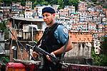 Un jeune policier monte la garde face à la favela de Pavao/Pavaozinho le 6 janvier 2010, 2 semaines à peine après son installation. L'UPP a été inaugurée la veille de Noel 2009 par le gouverneur de l'Etat de Rio, Sergio Cabral.