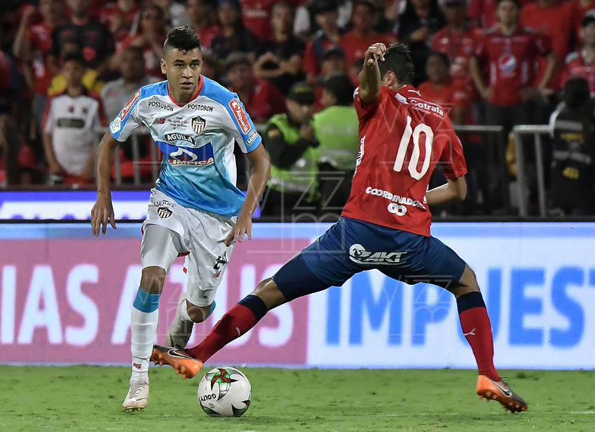 MEDELLÍN - COLOMBIA, 16-12-2018: Andres Ricaute (Der) del Medellín disputa el balón con Victor Cantillo (Izq) de Junior durante partido de vuelta Final entre Deportivo Independiente Medellín y Atletico Junior como parte de la Liga Águila II 2018 jugado en el estadio Atanasio Girardot de la ciudad de Medellín. / Andres Ricaute (R) of Medellin vies for the ball with Victor Cantillo (L) of Junior during Final second leg match between Deportivo Independiente Medellin and Atletico Junior as a part Aguila League II 2018 played at Atanasio Girardot stadium in Medellin city. Photo: VizzorImage / Gabriel Aponte / Staff