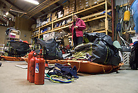 Pakking av pulker og forberedelser til skitur. ---- Sleds being prepared for skiing trip.