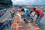 Construção de casa em  mutirão comunitário. Heliópolis, São Paulo. 1994. Foto de Juca Martins.