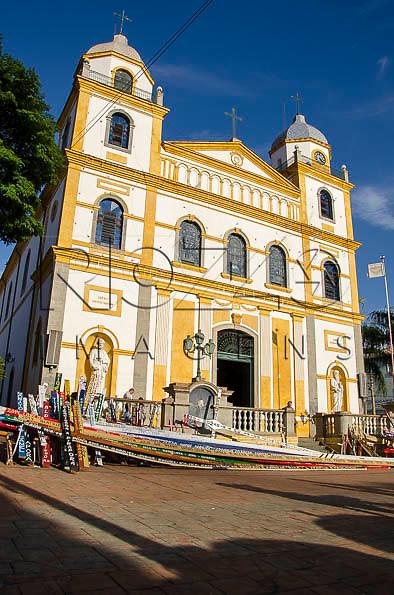 Igreja Santuário do Senhor Bom Jesus e cruzes que são carregadas pelos peregrinos, Pirapora do Bom Jesus - SP, 04/2014. cidade situada na margem do Rio Tietê poluido - área metropolitana de São Paulo.